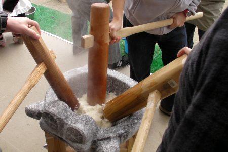 Pounding mochi tsuki photo by Timothy Takemoto (CC2)