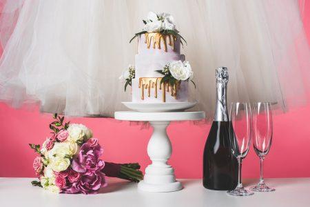 Wedding bouquet, wedding cake, champagne - DepositPhotos.com
