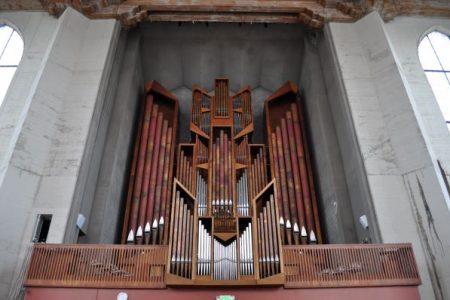 Choir loft and organ pipes, Saint Mark's Cathedral 2009 photo by Joe Mabel (CC3)